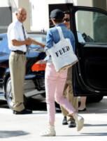 Anne Hathaway - Los Angeles - 19-04-2013 - Se non sai come dirlo… dillo con una borsa!