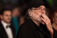 Tomas Milian - Roma - 15-10-2014 - Festival di Roma: Lucci bacia il sedere della Marini