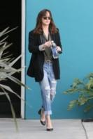 Dakota Johnson - Los Angeles - 09-01-2015 - Ecco le celebrity che fanno uno strappo alla regola… dei jeans