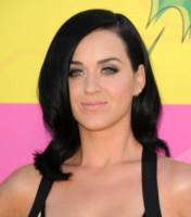 Katy Perry - Los Angeles - 23-03-2013 - Frangetta addio, i capelli si portano con la riga di lato!