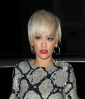 Rita Ora - Londra - 12-02-2015 - Marilyn Style: biondo platino, il colore delle dive