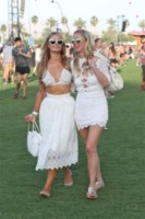 Nicky Hilton, Paris Hilton - Los Angeles - 11-04-2015 - Coachella 2015, macchina del tempo fashion in stile hippie