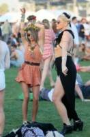 Sarah Hyland - Los Angeles - 11-04-2015 - Coachella 2015, macchina del tempo fashion in stile hippie