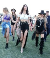 Hailey Rhode Baldwin, Kendall Jenner - Indio - 11-04-2015 - Coachella 2015, macchina del tempo fashion in stile hippie