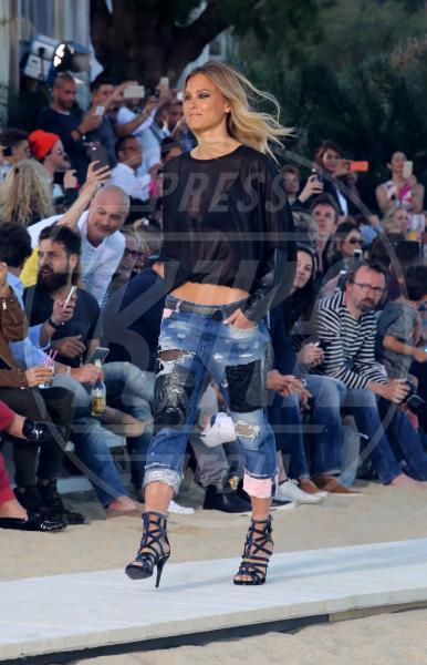 Bar Refaeli - Mykonos - 08-05-2015 - Ecco le celebrity che fanno uno strappo alla regola… dei jeans