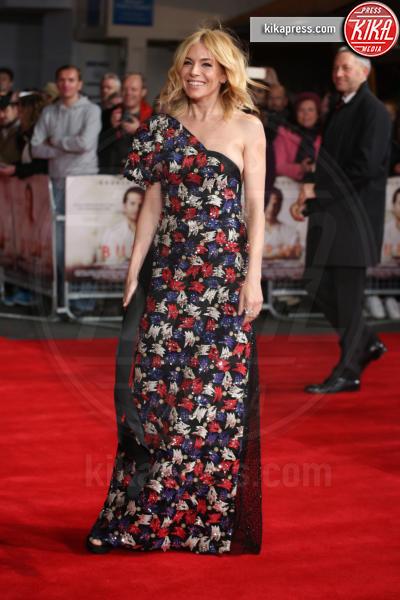 Sienna Miller - Londra - 28-10-2015 - Chi lo indossa meglio? Gigi Hadid e Sienna Miller