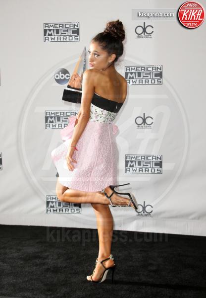 Ariana Grande - Los Angeles - 22-11-2015 - Feticismo dei piedi: la conduttrice e' braccata dai followers