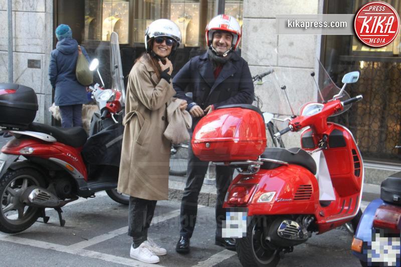 Manuela Suma, Nicola Savino - Milano - 10-03-2016 - Nicola Savino, casco ben allacciato per i baci con la moglie