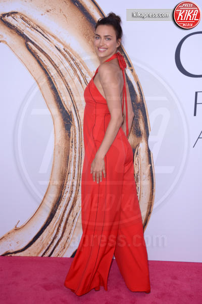 Irina Shayk - New York - 07-06-2016 - CFDA Fashion Awards 2016: un tripudio di nero e argento!