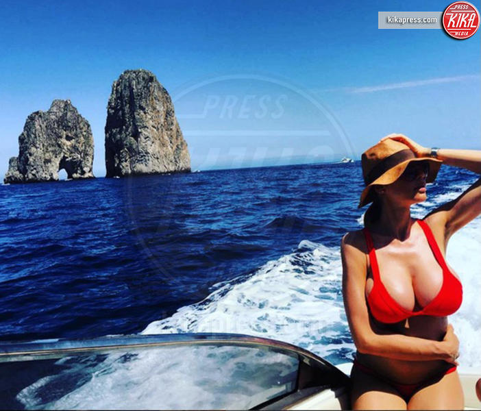 Cecilia Capriotti - Capri - 21-06-2016 - Bikini hot e vacanze: Cecilia Capriotti, così non c'è gara!