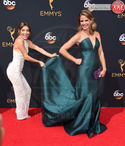 Kit Hoover, Natalie Morales - Los Angeles - 18-09-2016 - Emmy Awards 2016: sul red carpet sfila la bellezza