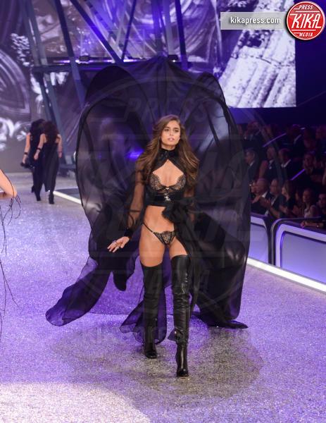 Taylor Hill - Parigi - 01-12-2016 - Lady Gaga sfila con gli Angeli di Victoria's Secret a Parigi