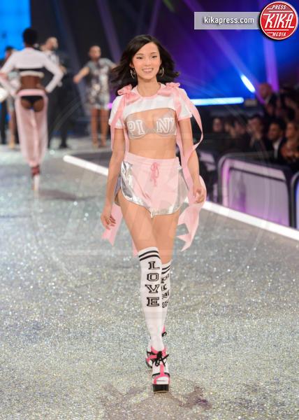 Xiao Wen - Parigi - 30-11-2016 - Lady Gaga sfila con gli Angeli di Victoria's Secret a Parigi
