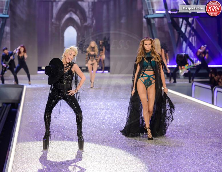 Kate Grigorieva, Lady Gaga - Parigi - 01-12-2016 - Lady Gaga sfila con gli Angeli di Victoria's Secret a Parigi
