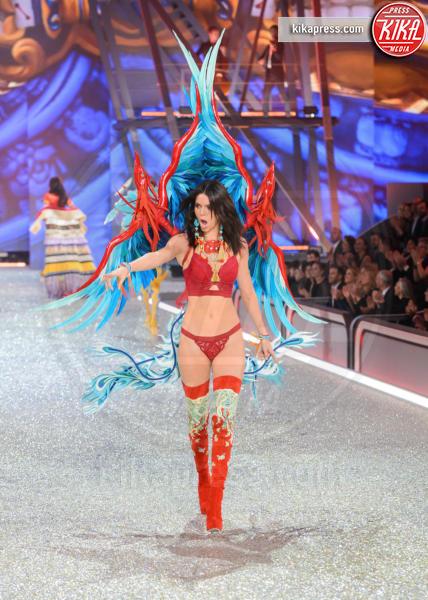 Kendall Jenner - Parigi - 30-11-2016 - Lady Gaga sfila con gli Angeli di Victoria's Secret a Parigi