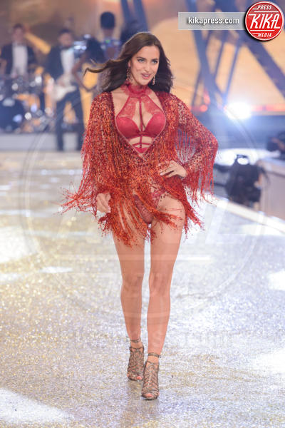 Irina Shayk - Parigi - 01-12-2016 - Lady Gaga sfila con gli Angeli di Victoria's Secret a Parigi