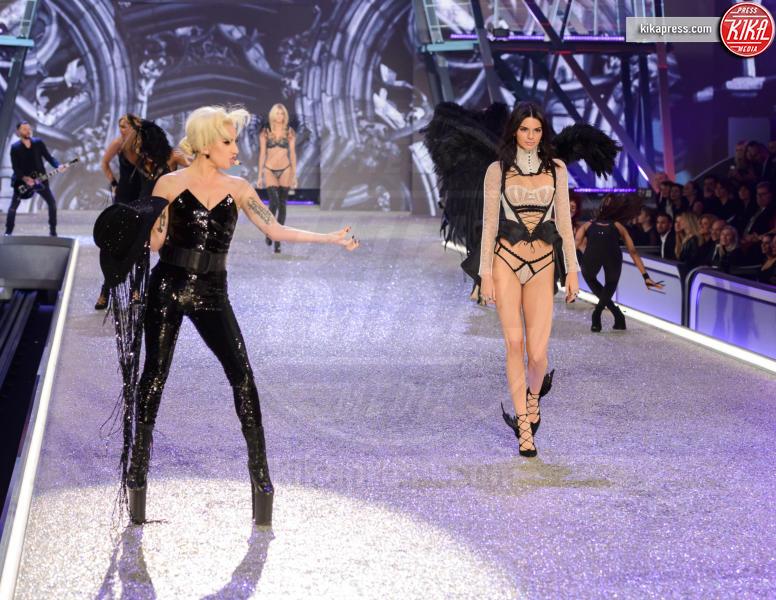 Kendall Jenner, Lady Gaga - Parigi - 01-12-2016 - Lady Gaga sfila con gli Angeli di Victoria's Secret a Parigi