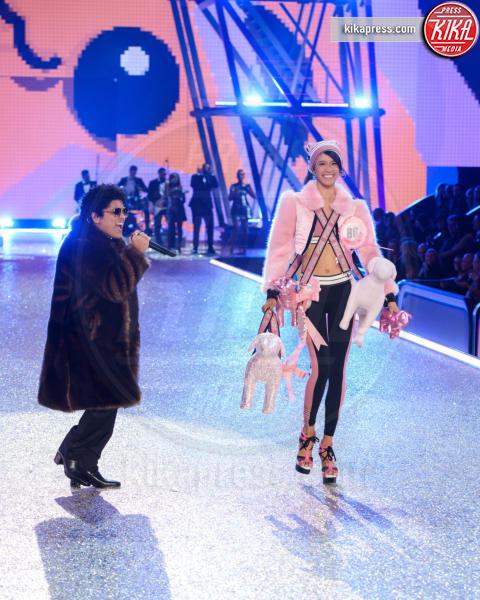 Dilone, Bruno Mars - Parigi - 30-11-2016 - Lady Gaga sfila con gli Angeli di Victoria's Secret a Parigi