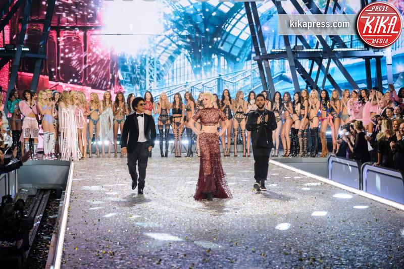 s Secret Models, The Weeknd, Victoria&#39, Bruno Mars, Lady Gaga - Parigi - 30-11-2016 - Lady Gaga sfila con gli Angeli di Victoria's Secret a Parigi