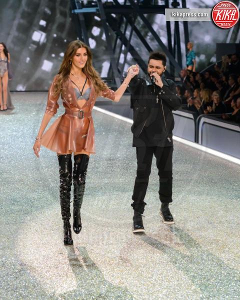 Valeria Kaufman, The Weeknd - Parigi - 01-12-2016 - Lady Gaga sfila con gli Angeli di Victoria's Secret a Parigi