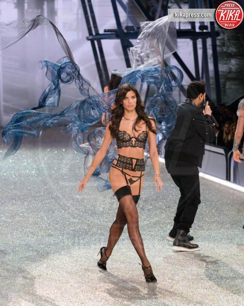 Sara Sampaio - Parigi - 01-12-2016 - Lady Gaga sfila con gli Angeli di Victoria's Secret a Parigi