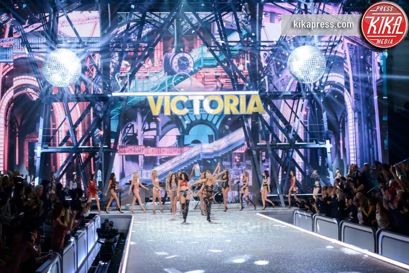 Models - Parigi - 01-12-2016 - Lady Gaga sfila con gli Angeli di Victoria's Secret a Parigi