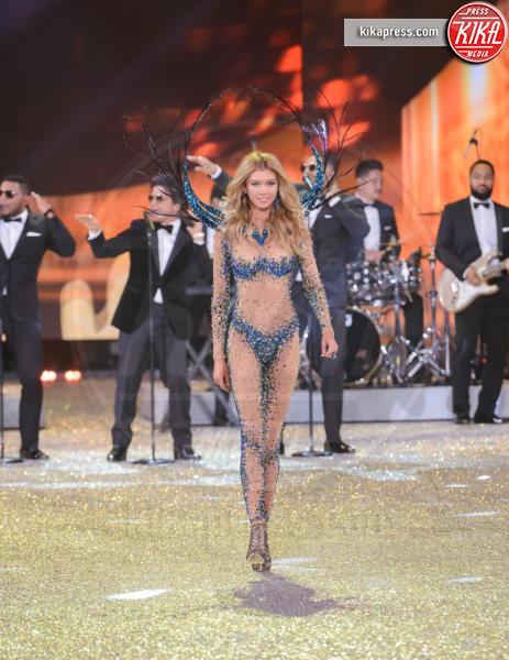 Stella Maxwell - Parigi - 01-12-2016 - Lady Gaga sfila con gli Angeli di Victoria's Secret a Parigi