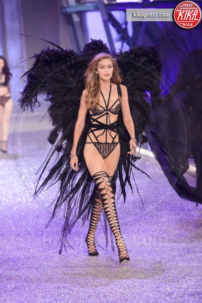 Gigi Hadid - Parigi - 01-12-2016 - Lady Gaga sfila con gli Angeli di Victoria's Secret a Parigi