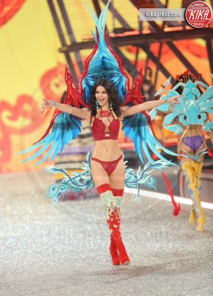 Kendall Jenner - Parigi - 01-12-2016 - Lady Gaga sfila con gli Angeli di Victoria's Secret a Parigi