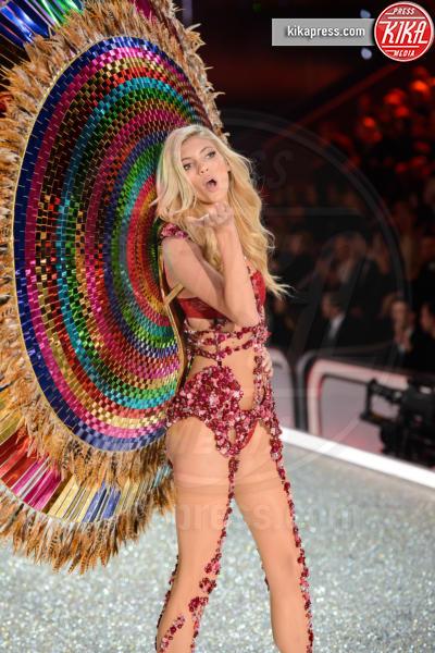 Devon Windsor - Parigi - 30-11-2016 - Lady Gaga sfila con gli Angeli di Victoria's Secret a Parigi