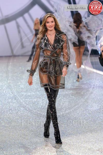 Sanne Vloet - Parigi - 01-12-2016 - Lady Gaga sfila con gli Angeli di Victoria's Secret a Parigi