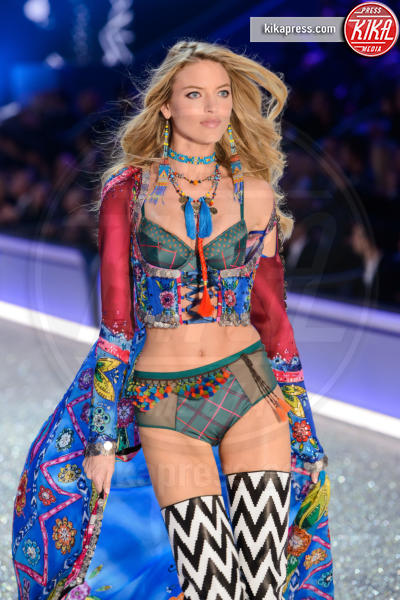Martha Hunt - Parigi - 30-11-2016 - Lady Gaga sfila con gli Angeli di Victoria's Secret a Parigi