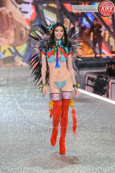 Model - Parigi - 30-11-2016 - Lady Gaga sfila con gli Angeli di Victoria's Secret a Parigi