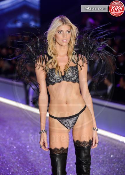 Devon Windsor - Parigi - 01-12-2016 - Lady Gaga sfila con gli Angeli di Victoria's Secret a Parigi