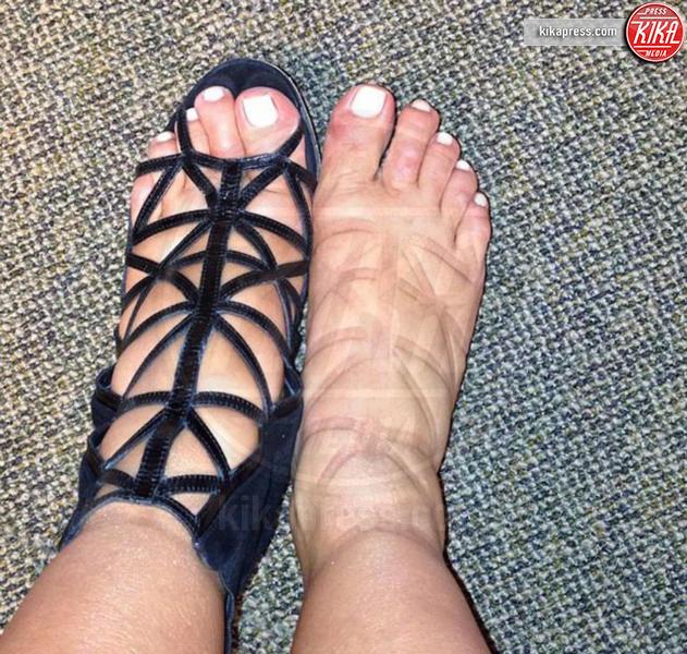 Kim Kardashian - Hollywood - 21-12-2016 - Feticismo dei piedi: la conduttrice e' braccata dai followers