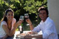Young couple enjoying wine - 09-05-2017 - L'aperitivo perfetto, ecco i nostri consigli