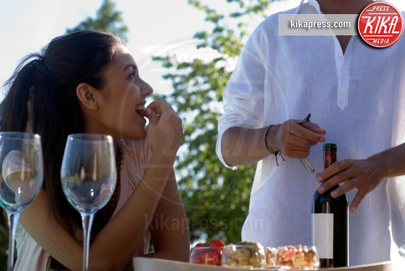 Young couple enjoying wine - 10-05-2017 - L'aperitivo perfetto, ecco i nostri consigli