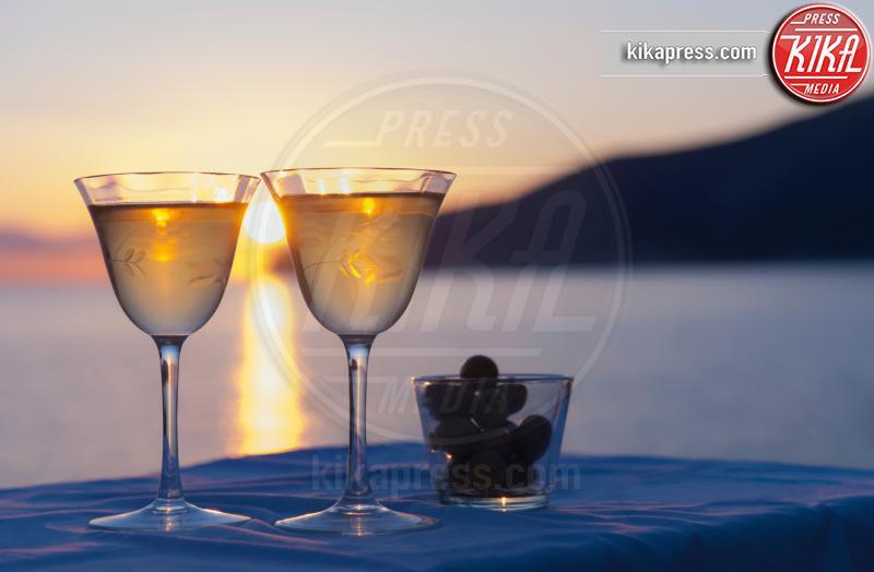 sea in background, Two wine glasses, olives - 11-05-2017 - L'aperitivo perfetto, ecco i nostri consigli