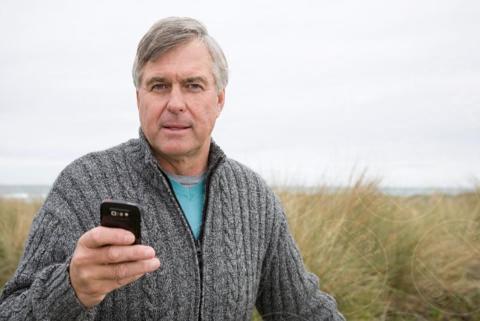 Man at the coast, smartphone - 16-05-2017 - Fax sul cellulare? È possibile con eFax