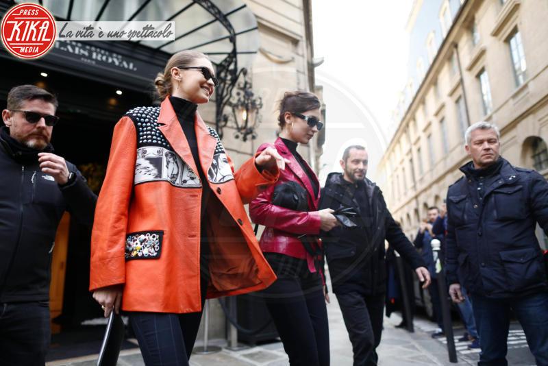 Bella Hadid, Gigi Hadid - Parigi - 03-03-2018 - Paris Fashion Week: Gigi e Bella Hadid conquistano Parigi