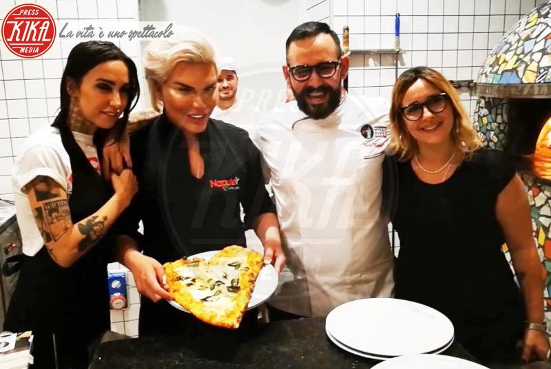 fratelli coppola, Rodrigo Alves, Siria De Fazio -  Rodrigo Alves, il Ken umano, impara a fare la pizza napoletana
