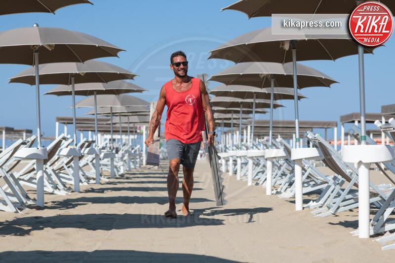 Lido Vittorio Veneto, Luca Palla - Viareggio - 20-07-2019 - Luca, il bagnino poeta che scrive i suoi pensieri sulla sabbia