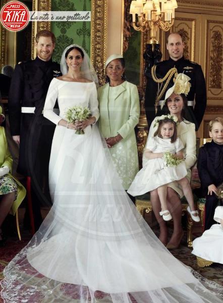 "Principessa Charlotte Elizabeth Diana, Principe George, Meghan Markle, Principe Carlo d'Inghilterra, Regina Elisabetta II, Principe William, Kate Middleton, Principe Filippo Duca di Edimburgo, Camilla Parker Bowles, Principe Harry - Windsor - 21-05-2018 - ""Meghan contro Kate per colpa delle calze di Charlotte"""