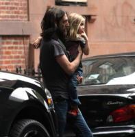 figlia, Chris Robinson - New York - 05-06-2008 - Ryder, figlio di Kate Hudson è molto interessato al seno della madre